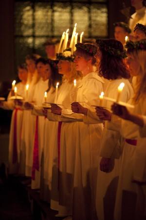 Julkonserten 2009, första raden, Lucia och tärnor med tända ljus